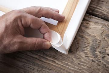 Rahmenbauer zieht Leinwand (Canvas) auf Keilrahmen auf