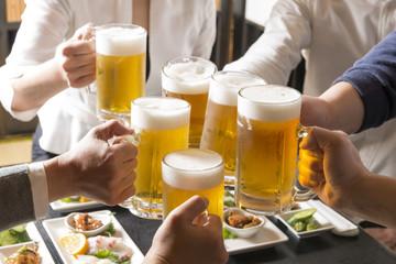 Keuken foto achterwand Bier / Cider 居酒屋で乾杯をする男女