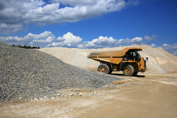 Wall Mural - dumper, truck, engin de chantier sur un site minier et de construction