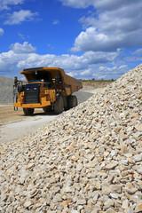 Wall Mural - dumper, truck, camion, engin en action dans une carrière de pierre