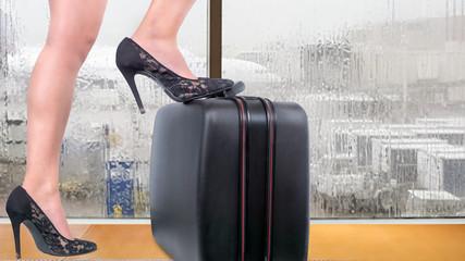 Frau am Flughafen.