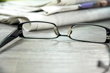 Zeitungen und eine Lesebrille
