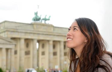 Deutschland, Berlin, junge Touristin am Brandenburger Tor