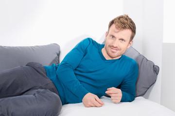 Mann, Couch, entspannt, relaxed, Freizeit
