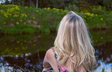 Блондинка на природе