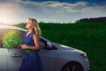 Женщина рядом с автомобилем