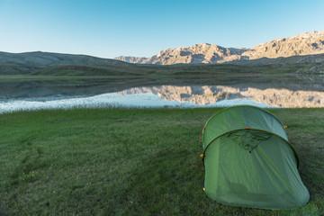 dağlarda kamp çadırı