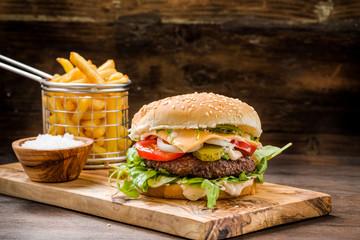 Burger mit Pommes auf Holz
