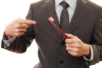 歯ブラシを持つ男性