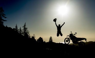 çılgın motorsikletçi ve başarılı hedef sevinci