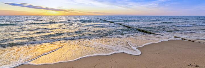 Wall Mural - Urlaub am Meer - Sandstrand und Sonnenuntergang an der Ostseeküste - Banner / Panoroma