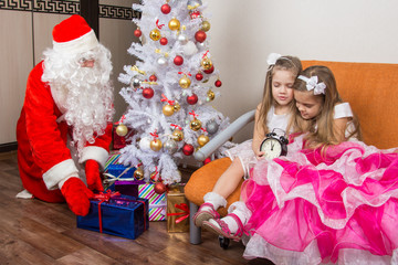 The two girls did not wait for Santa Claus and went to sleep, santa claus at this time put presents under the Christmas tree