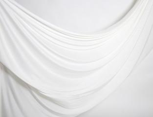Faltenwurf mit weißem Tuch