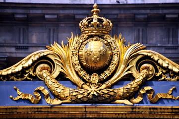 Strahlend goldenes Wappen am Eingangstor zum Palais de la Cité, dem heutigen Justizpalast