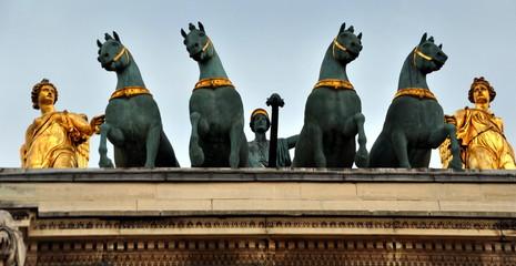 Paris - Kleiner Triumphbogen mit Quadriga in der Nähe des Louvre