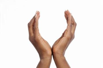 mains femme noire africaine mise en forme de coupe