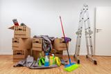 sauberer wei er raum mit kartons und putzzeug zdj. Black Bedroom Furniture Sets. Home Design Ideas