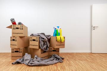 Besenreiner Raum voller Kartons und Putzmittel