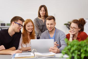 studenten arbeiten in einem projekt zusammen