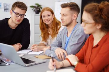 junge geschäftsleute in einem meeting