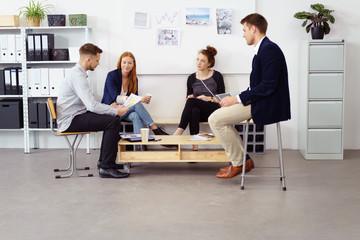 modernes junges team in einer besprechung