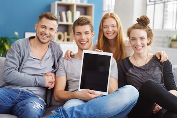 freunde zeigen eine information am tablet