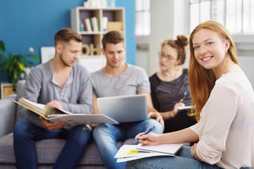 junge leute lernen zuhause für ihr studium