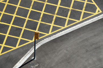 Yellow lines on the street to mark no-stopping area near a red light/crossing