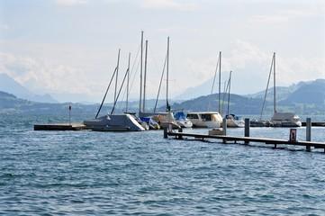 Segelschiffe am Hafen der Stadt Zug, am Zugersee, Schweiz