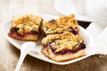 Plum pie with streusel
