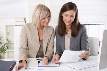 Zusammenarbeit im Büro. Frauen machen Karriere in Führungspositionen.