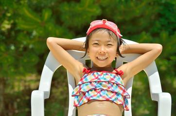 プールサイドで一休みする女の子