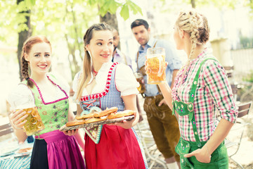 Gruppe Freunde im Biergarten Oktoberfest