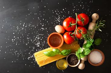 pasta con pomodoro basilico uova su pietra nera