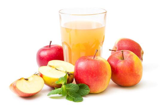 Rote Äpfel und frischer Apfelsaft im Glas, essen und trinken, erntefrisches Gartenobst, vitaminreiche Spezialitäten vom Apfelhof, Apfelsaison, Freisteller