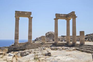 Группы туристов у колоннады большого эллинистического портика на фоне морского пейзажа