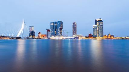 Erasmusbrug, Rotterdam, Holland, Skyline zur blauen Stunde