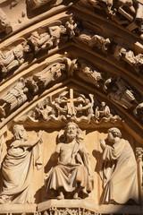 estatuas de piedra en la fachada de la catedral de   Burgos