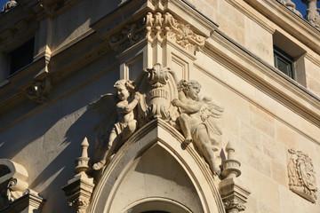 ángeles de piedra en una fachada