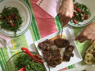 Lammkoteletts, Rinderfilet mit frischem Salat