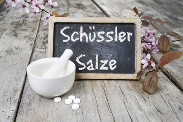 Schuessler Salze mit Tafel, Mörser und Kirschblüten