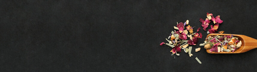 Tisane de pétales de fleurs et cuillère en bois sur ardoise, carte, menu, bannière