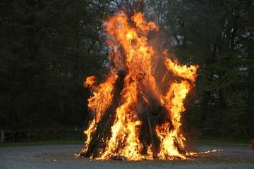 Feuer im Wald, Brauch