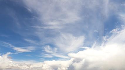 Blauer Himmel mit Wolken, Federwolken