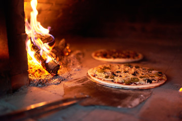 Foto op Textielframe Pizzeria raw pizza lay down stove with the fire on blade.