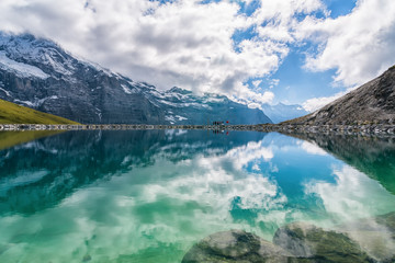 Photo sur Aluminium Reflexion Spectacular view of Swiss alps reflected in the lake