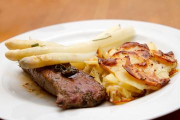 Lammlachs mit Kartoffelgratin und Spargel