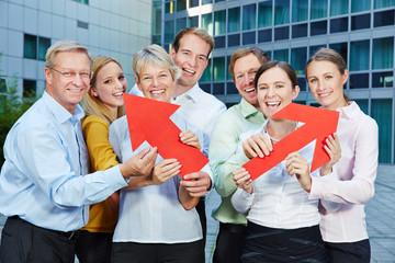 Business Team hält Pfeile für den Aufstieg