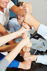 Kooperation und Motivation mit Turm aus Fäusten