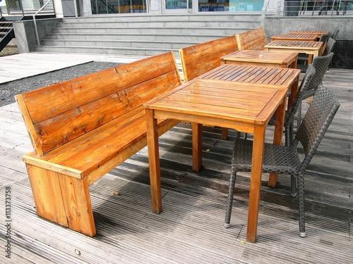Lasierte Holztische Und Holzbanke Auf Alten Schiffsdielen Vor Einem